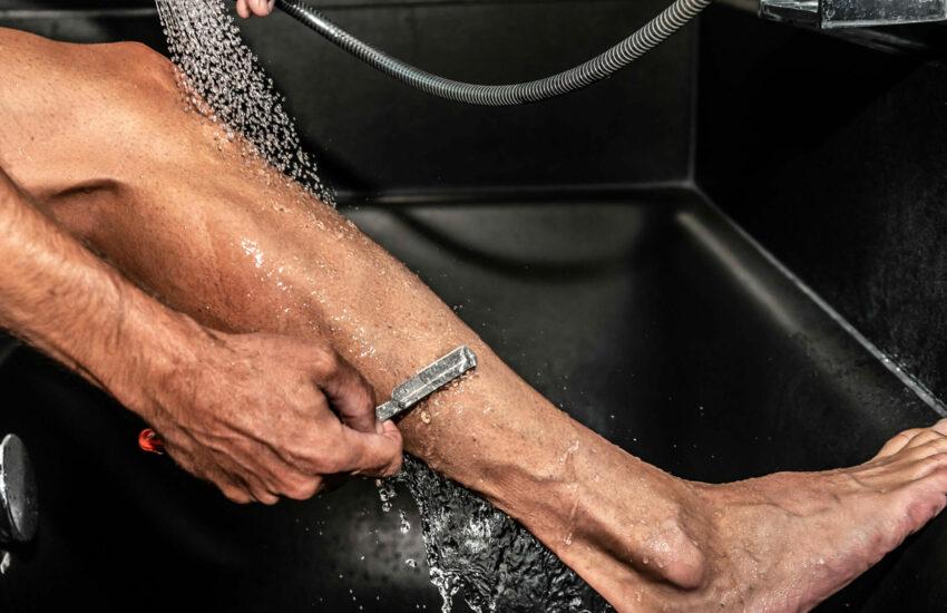Wielrenner scheert zijn benen